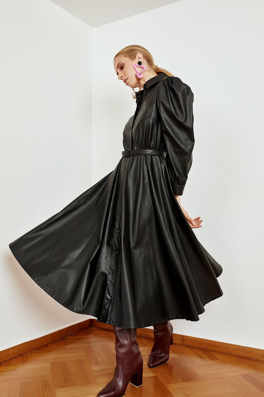 Φόρεμα δερμάτινο με ζώνη