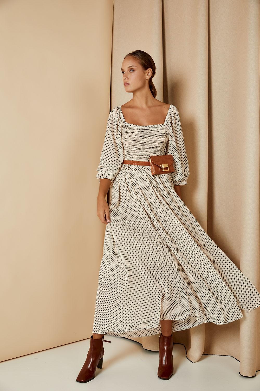 Φόρεμα πουά με έντονο μανίκι
