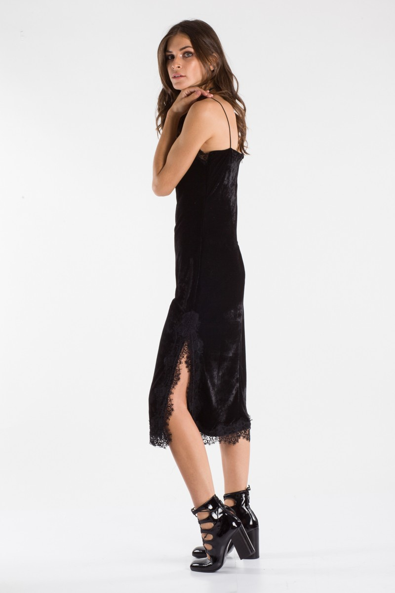 2d535b2f9f7a Φόρεμα βελούδινο με δαντέλα. Το μοντέλο έχει ύψος 175 και φοράει s